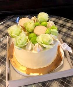 Торт подарунковий з живими квітами
