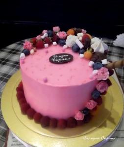 Торт декорований фруктами