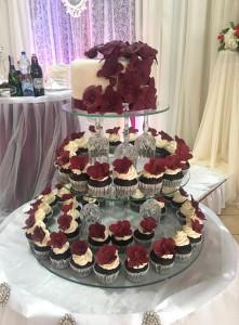 Весільний торт з капкейками