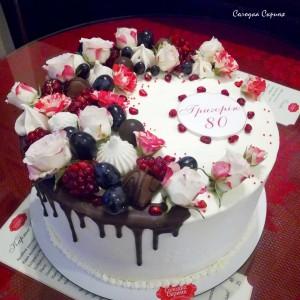 Торт до ювілею з квітами та цукерками